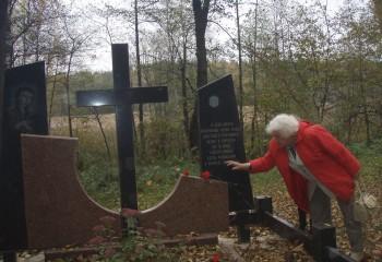 Памятний знак на місці розтрілу 80 мирних жителів Корюківки