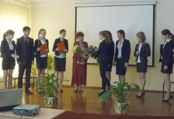 Ученики СШ 122 преподносят цветы Надежде Ивановне Слесаревой
