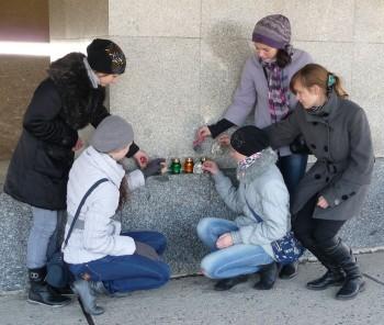 группа волонтеров из Днепропетровска у мавзолея в Майданеке