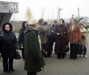 Троянди до пам'ятників героям визволителям