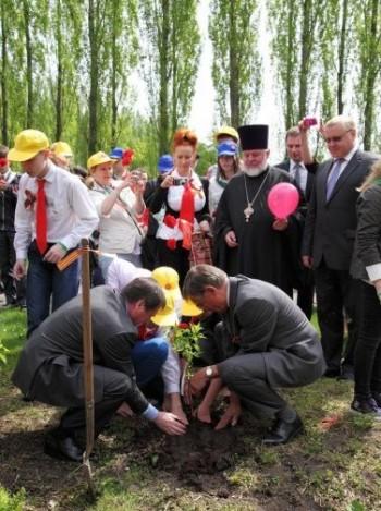 В.М.Гринин и Р. Фюрер сажают сирень в Трептов-парке со школьниками.