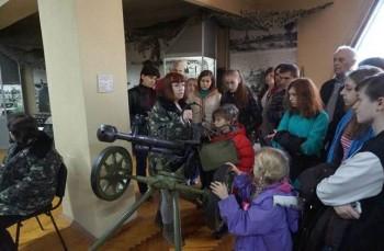 діти слухають екскурсовода в залі музею