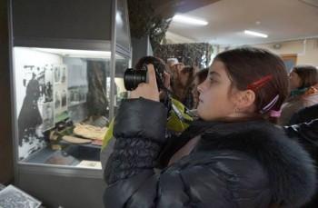дівчинка з фотоапаратом