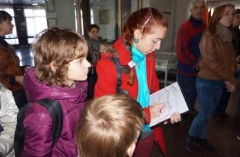 17-річна Даринка Ковтуненко з Палацу дітей та юнацтва здатна робити замальовки «на ходу»