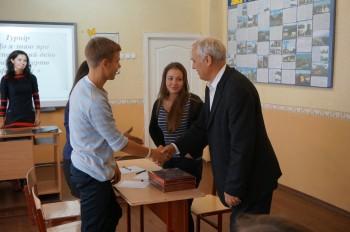 Голова журі, заступник Голови УСВЖН Володимир Іванович Мартиш вітає переможців турніру.