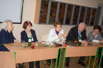 Члени УСВЖН у гімназії «Київська Русь» під час круглого столу, присвяченого 70-річчю звільнення концтабору Аушвіц та вшануванню пам'яті жертв Голокосту