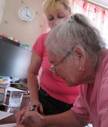 Жердева Я.Б. из Макеевки (рядом дочь)  подтверждает подписью выполнение услуг