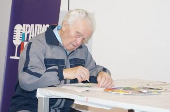Василь Іванович Циба після перегляду експозиції сам узявся до малювання