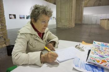 Антоніна Костянтинівна Грушевська пише подяку на адресу організаторів виставки «Катерина Білокур. Хочу бути художником!»