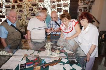 Представники УСВЖН біля стенду з документами загиблих на Донбасі військових з Російської Федерації