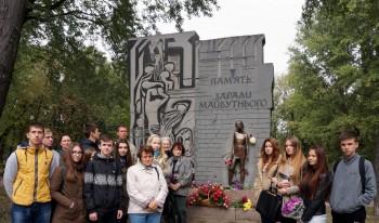 Учасники виїзного семінару біля стели «Пам'ять заради майбутнього», присвяченої всім в'язням гітлерівського режиму