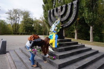 Покладання квітів до пам'ятного знаку Менора, присвяченого розстріляним євреям