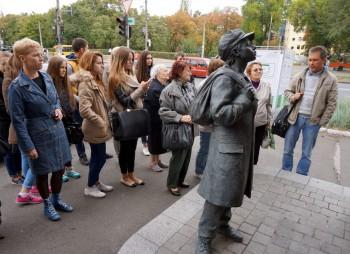 Біля скульптури юного оповідача з роману Анатолія Кузнєцова «Бабин Яр»