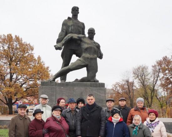 Представники УСВЖН біля Монумента Мужності з головою Дарницької райдержадміністрації Геннадієм Сінцовим