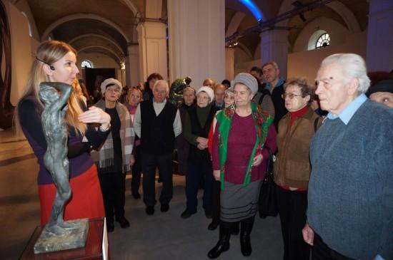 Учасники проекту слухають розповідь мистецтвознавця про творчість Огюста Родена. Фото автора