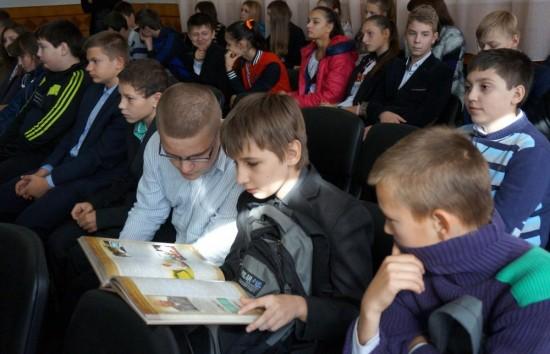 Багато ілюстрований альбом «Козацьке братство. Лицарі України» викликав у школярів неабияке зацікавлення.