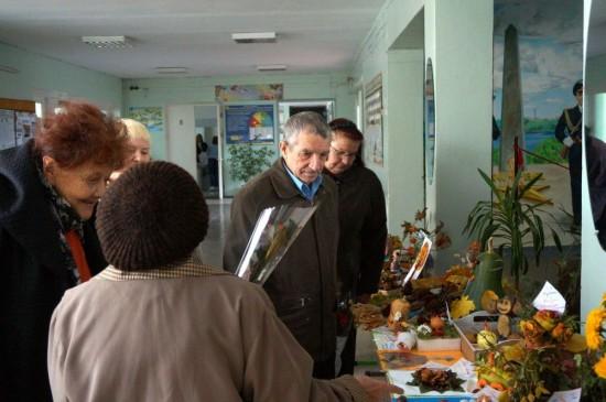 Гості-ветерани з інтересом познайомилися з виставкою осінньої творчості школярів.