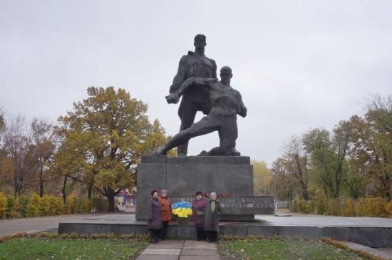 Представники УСВЖН біля підніжжя пам'ятника героям, полеглим під час визволення України від гітлерівських загарбників.