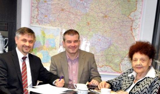 Підписання договору про співпрацю. Зліва направо: Голова правління ФПНП Даріуш Павлось, координатор Програмного відділу ФПНП Якуб Дека, заступник Голови УСВЖН Надія Слєсарєва