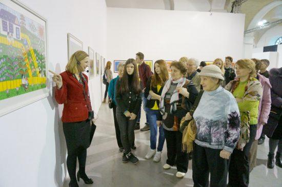 Екскурсовод Наталя Пирогова знайомить літніх та юних учасників проекту з самобутньою творчістю Марії Примаченко. Фото автора тексту