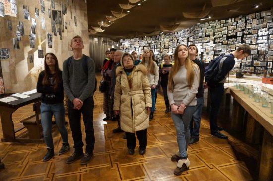 Учасники семінару в Залі пам'яті вшановують всіх полеглих у період Другої світової війни.
